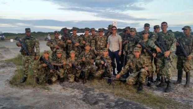 Ator posou ao lado de soldados do exército colombiano em visita ao vizinho sul-americano. Foto: AFP Photo