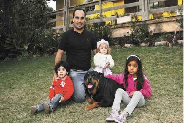 O veterinário Hoberdan Fernando Magalhães e seus sobrinhos Pedro Augusto e Luana Beatriz, de 2 anos, e Sophia Kellem, de 4, convivem bem com a cadela Rhara, de 6. Foto: Túlio Santos/ EM/ D. A Press