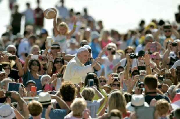 Francisco acena para fiéis reunidos na Praça de São Pedro. Foto: AFP/Vincenzo Pinto.