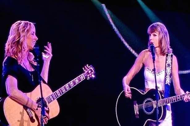 Lisa Kudrow e Taylor Swift interpretaram clássico de Friends. Foto: YouTube/Divulgação