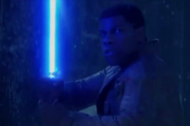 John Boyega interpreta Finn, um dos protagonistas das novas histórias da saga. Foto: YouTube/Reprodução