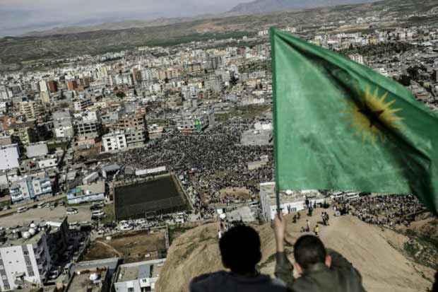 A bandeira curda é vista em Cizre, Turquia, no dia 18 de março de 2015. Foto: Yasin Akgul/AFP/Arquivos