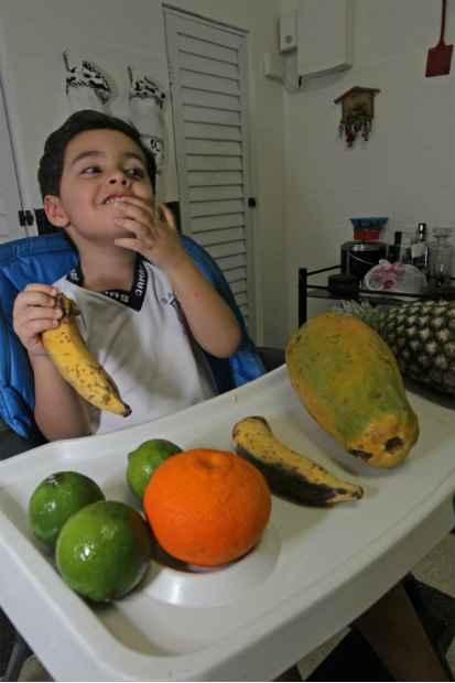 Artur aprendeu a comer lanches saudáveis com a empresa contratada pelo pai.