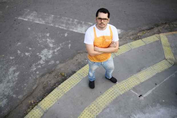 A acessibilidade da calçada, com piso tátil indicando obstáculos, foi priorizada pelo empresário Thiago Lugo. Foto: Guilherme Veríssimo/Esp.DP/D.A Press.