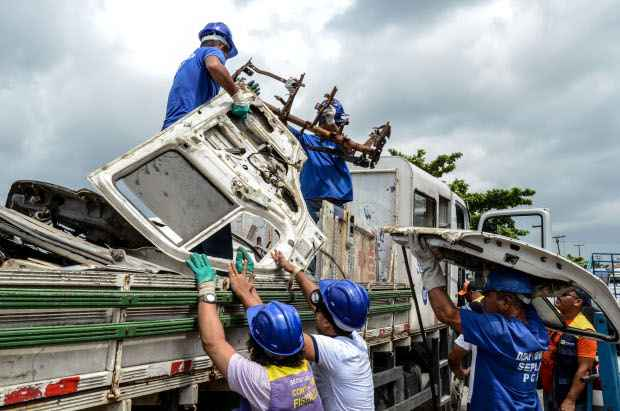 Operação para retirada de obstáculos das calçadas. Foto: Irandi Souza/PCR/Divulgação.