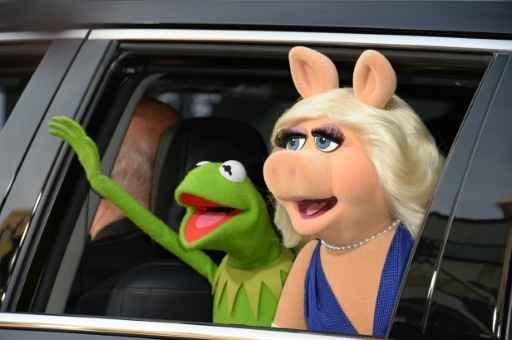 Miss Piggy (direita) também foi clicada com o ator Liam Hemsworth. Foto: Robyn Beck/AFP