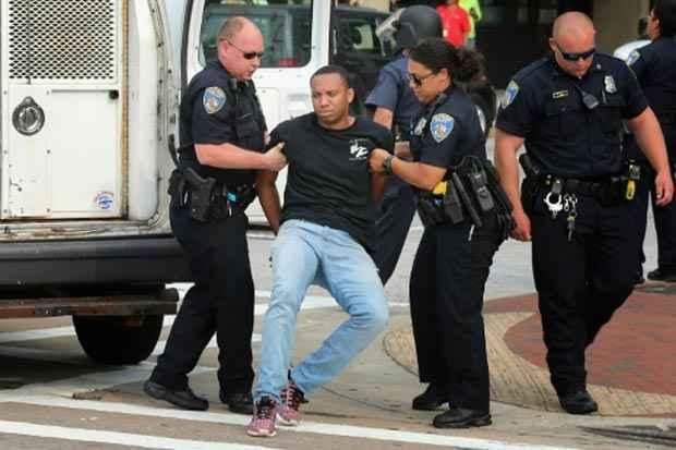 Homem é preso durante distúrbios em frente ao tribunal de Baltimore. Foto: Getty/AFP/Arquivos Chip Somodevilla