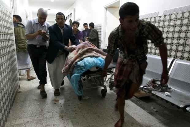 Iemenitas transportam homem ferido durante atentados suicidas realizados contra uma mesquita xiita na capital do Iêmen, Sanaa, no dia 2 de setembro de 2015. Foto: Mohammed Huwais / AFP