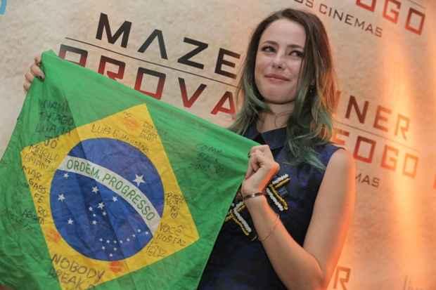 Kaya se emocionou com a noite de pré-estreia no Brasil, país onde sua mãe nasceu. Foto: Marcos Amaral/Divulgação