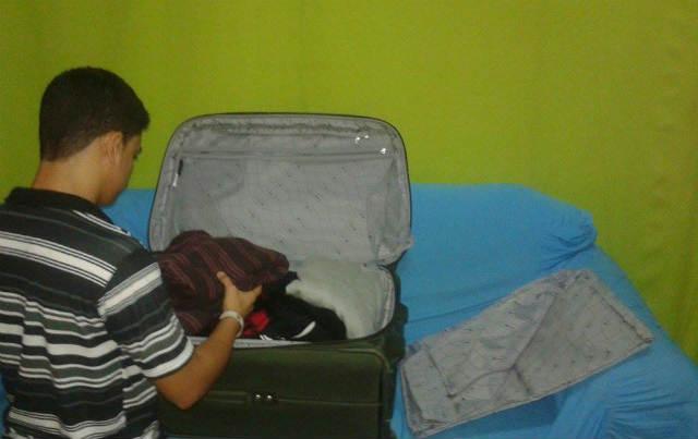 Jonas, no Recife, terminando a mala para embarcar para a China. (Foto: arquivo pessoal)