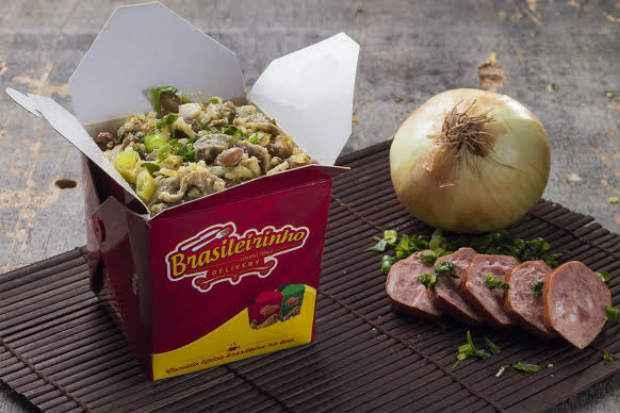 Embalagens de comida japonesa ganham recheios de comida nacional no Brasileirinho Delivery. Foto: André Polvani/Divulgação