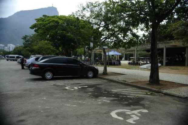 Um dos maiores problemas do entorno da Lagoa foi a falta de respeito às vagas de estacionamento destinadas a pessoas com deficiênciaFernando Frazão/Agência Brasil