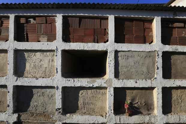 As ossadas estão localizadas sobre um gaveta mortuária como esta, num local de acesso complicado. Foto: Rafael Martins/Esp. DP/D.A. Press