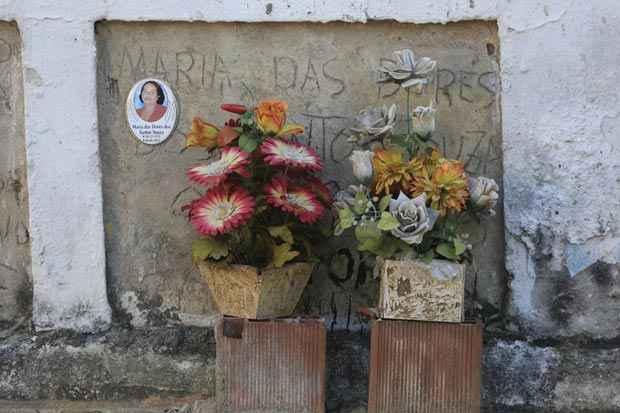 As ossadas estão empilhadas sobre uma gaveta mortuária, muro a muro com uma casa onde parte da um cadáver caiu. Foto: Rafael Martins/Esp. DP/D.A. Press