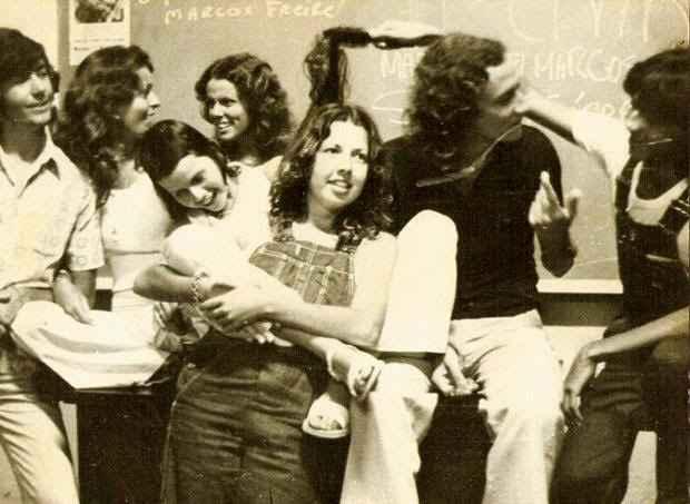 Juliana (no centro) estudou na UNICAP  e trabalhou em veículos e assessorias do estado. Foto: Arquivo Pessoal