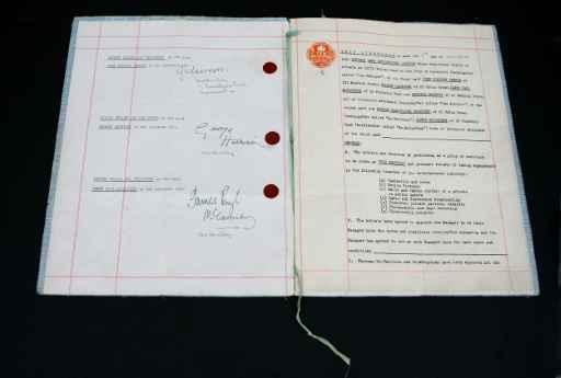 (Arquivo) O primeiro contrato assinado pelos Beatles © FILES/AFP/Arquivos Ben Stansall