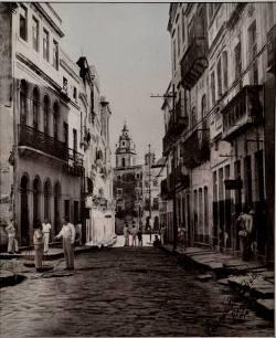 Na página Pernambuco Arcaico, a Rua Estreita do Rosário, no Centro do Recife, em 1949. Foto: Facebook/Reprodução