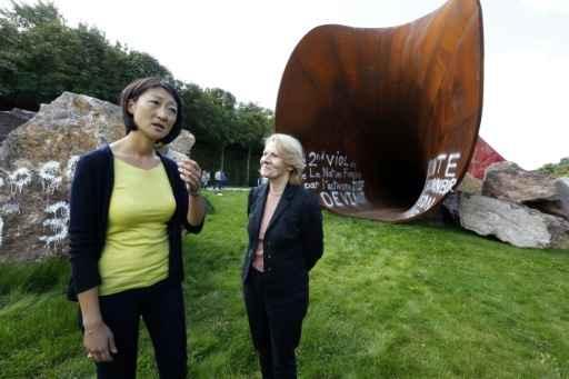 A ministra da Cultura, Fleur Pellerin (e), e a presidente do Palácio de Versalhes, Catherine Pégard, em frente à obra vandalizada. © AFP FRANCOIS GUILLOT
