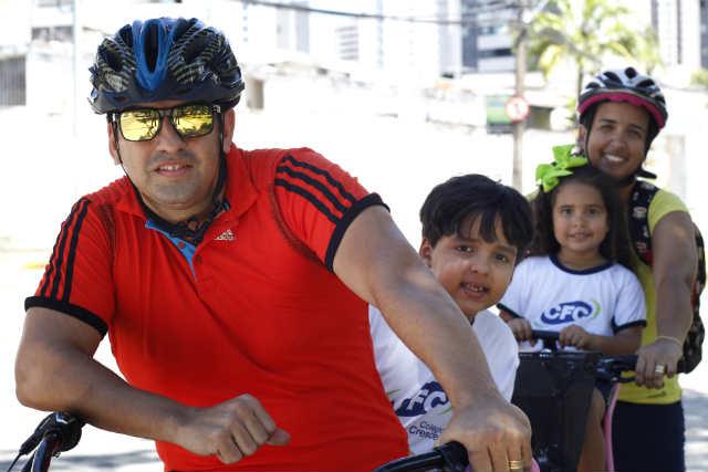 Casal Anderson e Carleana Alves alterna transporte para levar os filhos à escola. Quando vão de bicicleta, fazem questão de alertar os filhos para os cuidados no trânsito e mostrar o ganho de tempo.  (Rodrigo Silva/Esp DP/D.A Press)