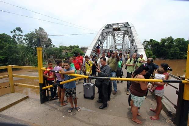 Cidadãos colombianos deportados pela Venezuela aguardam para atravessar a fronteira na localidade venezuelana de La Fría em 29 de agosto. Foto: George Castellanos/AFP/Arquivos