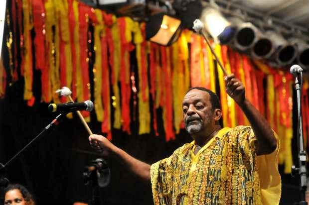 Desde 2001, Naná Vasconcelos comanda a abertura do Carnaval do Recife, reunindo cerca de 500 batuqueiros de 11 nações de maracatu de baque virado. Foto: Helder Tavares/DP/D.A Press