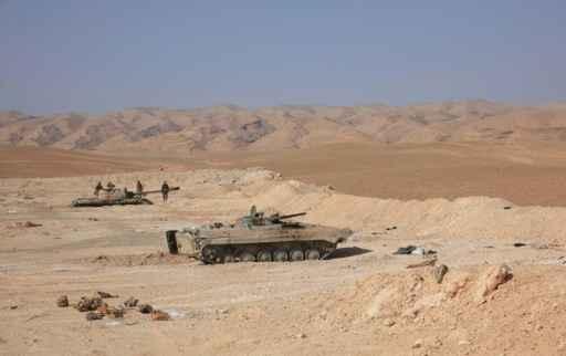 Tanques das forças do governo sírio posicionam-se perto do campo de petróleo de Jazel, na província de Homs, após recuperarem o local, que havia caído nas mãos de combatentes do Estado Islâmico. Foto: Reprodução/ Arquivo/ AFP