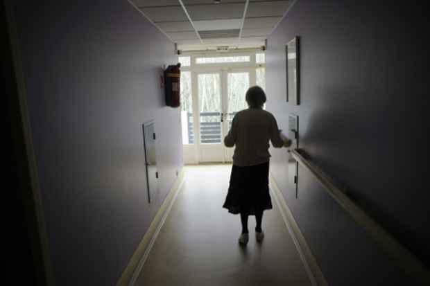 Uma mulher que sofre do mal de Alzheimer é vista em uma casa de repouso, em Angervilliers, França, no dia 18 de março de 2015. Foto: Sebastien Bozon/AFP/Arquivos
