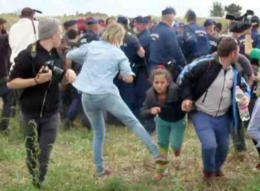 (Reprodução de vídeo) As imagens de Petra Lazlo dando chutes nos migrantes e dando uma rasteira em outros, incluindo crianças, provocaram repúdio na Hungria e no exterior. Foto: Index.hu/AFP