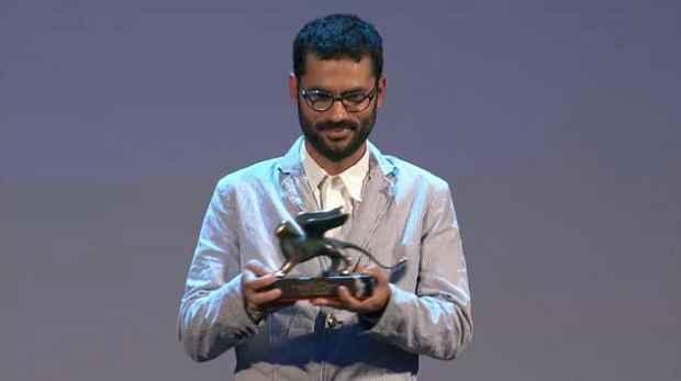 Mascaro recebe troféu na Itália. Foto: Reprodução de vídeo stream/ La Biennale de Venezia