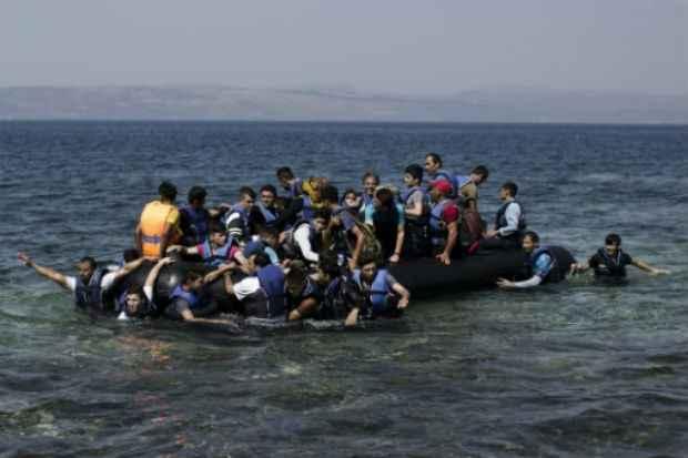 Refugiados sírios chegam à costa da ilha grega de Lesbos em 11 de setembro de 2015. Foto: AFP Angelos Tzortzinis