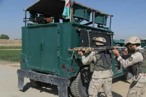 Soldados afegãos se concentram em frente à prisão após a fuga. Foto: Rahmatullah Alizadah/AFP