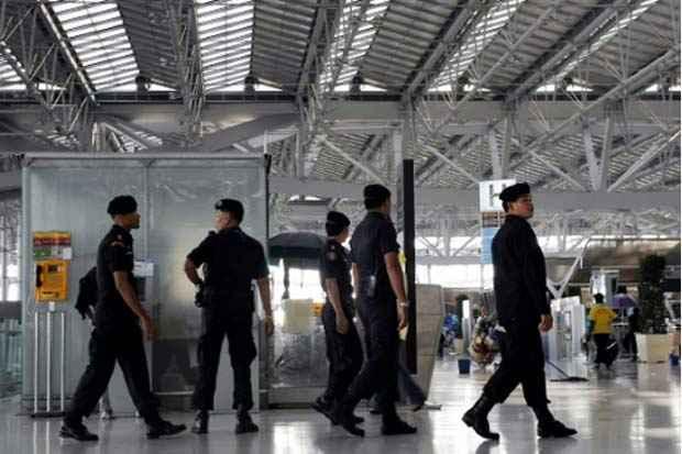 Policiais no aeroporto internacional de Bangcoc. Foto: Hoang Dinh Nam/AFP/Arquivos