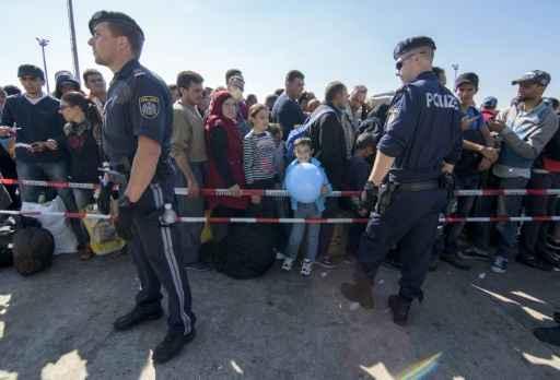 Forças de segurança da Áustria vigiam migrantes na fronteira com a Hungria. Foto:Joe Klamar/ AFP
