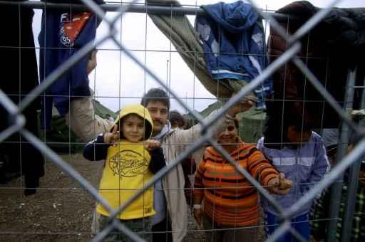 Família de migrantes em um campo próximo à cidade húngara de Röszke, na fronteira com a Sérvia. Foto: Peter Kohalmi/ AFP