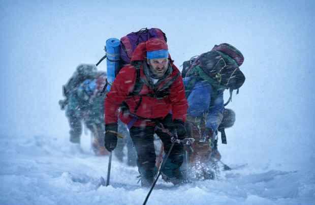 Jason Clarke interpreta o líder de uma excursão no ponto mais alto do planeta. Fotos: Universal/ Divulgação