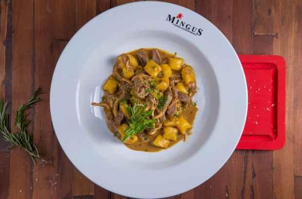 Entre as opções está  o nhoque de baroa com ragu de cogumelos e emincé de mignon  Foto: Rafa Medeiros/Divulgação