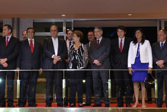 A presidenta Dilma Rousseff posa para foto com governadores no Palácio da Alvorada em Brasília. Foto: Valter campanato/Agência Brasil