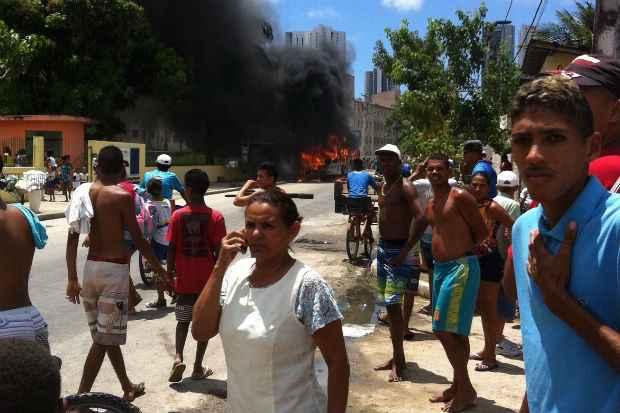 Dois ônibus foram incendiados em 14 horas na Estrada do Barbalho. Ninguém ficou ferido. Foto: Edvania dos Santos/ Reprodução/ WhatsApp