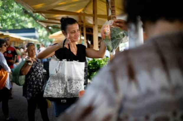 Mulher faz compras em uma feira livre no Rio de Janeiro. Foto: AFP/Yasuyoshi Chiba.
