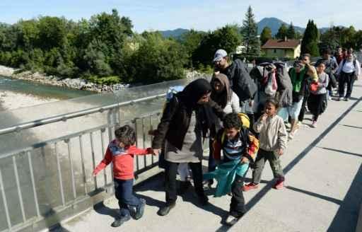 Refugiados cruzam a fronteira entre Áustria e Alemanha. Foto: Christof Stache/AFP