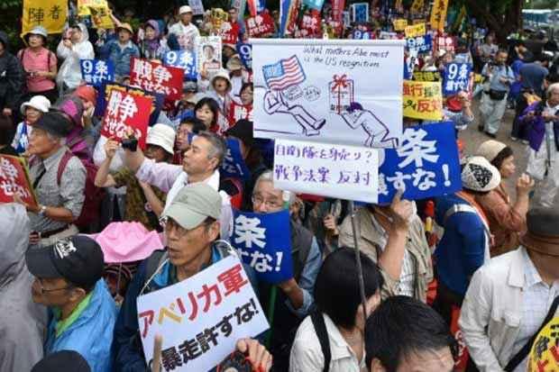 Japoneses protestam contra projeto de lei de Defesa, em Tóquio, no dia 16 de setembro de 2015. Foto: Kazuhiro Nogi/AFP