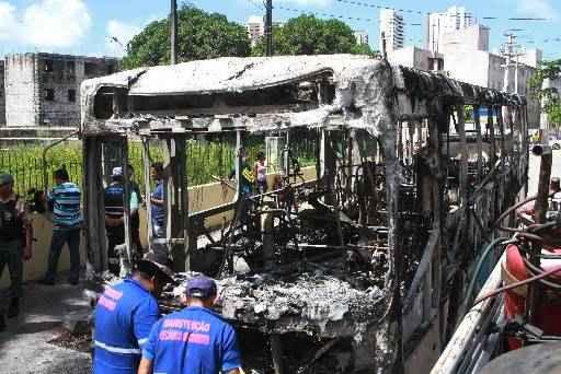 Dois coletivos foram incendiados na Estrada do Barbalho nesta semana. Foto: Julio Jacobina/DP/D.A Press
