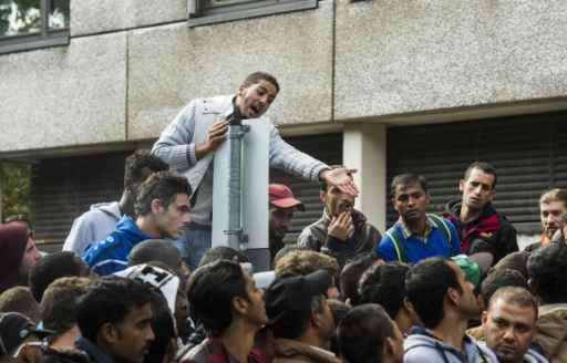 Migrantes que procuram asilo se amontoam do lado de fora de centro de registro em Berlim, no dia 18 de setembro de 2015. Foto:JOHN MACDOUGALL/ AFP