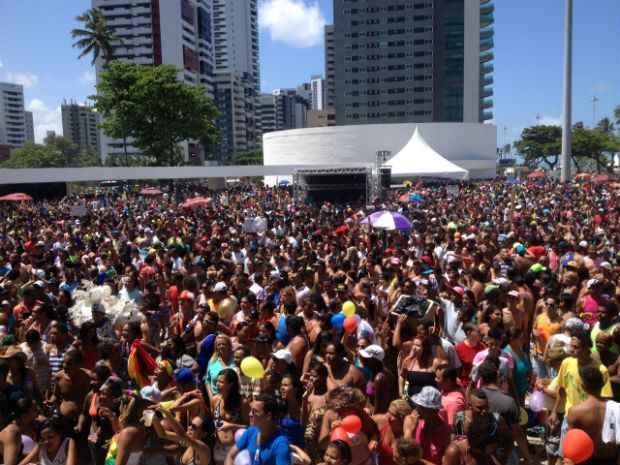 Após sair do Dona Lindu, trios desfilarão pela avenida. Foto: Hesíodo Gomes/ESP. DP/D.A Press