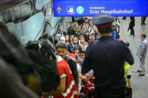 Refugiados fazem fila ao chegar na Áustria para embarcar em ônibus, em 20 de setembro de 2015 - Foto: AFP Jure Makovec  (Refugiados fazem fila ao chegar na Áustria para embarcar em ônibus, em 20 de setembro de 2015 - Foto: AFP Jure Makovec )