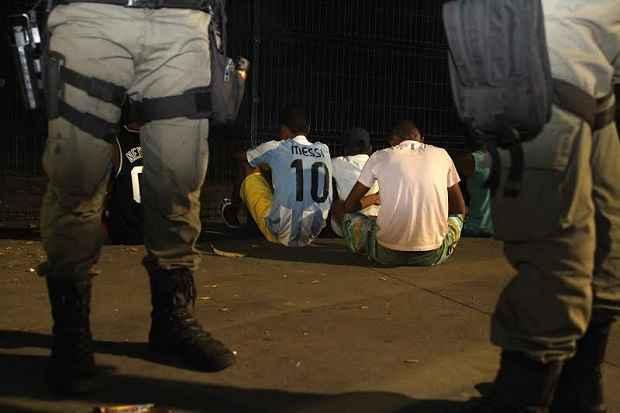 Grandes grupos eram detidos em abordagem policial e liberados em quantidades reduzidas. Foto: Nando Chiapetta/DP DA Press