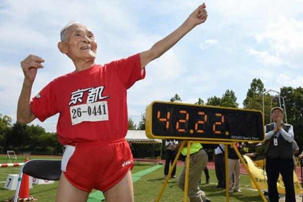 Miyazaki comemora o recorde mundial. Foto: Toru Yamanaka/AFP