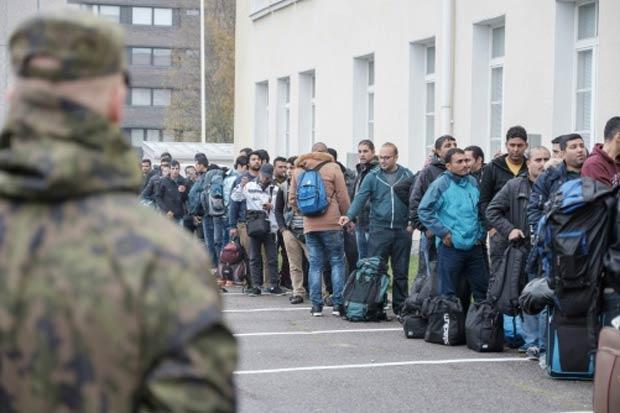 Migrantes formam fila em um centro de recepção em Tornio, Finlândia. Foto: Panu Pohjola/Lehtikuva/AFP/Arquivos