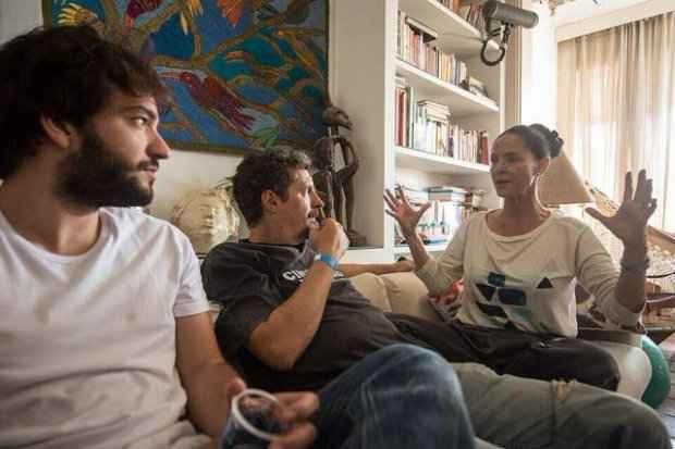 Humberto Carrão, Kleber Mendonça Filho e Sonia Braga em intervalo das gravações de Aquarius. Foto: Victor Jucá/Divulgação
