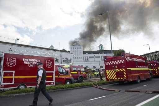 Caminhões dos bombeiros chegam para combater as chamas na mesquita Baitul Futuh, em Morden, sudoeste de Londres. Foto: Jack Taylor/Divulgação